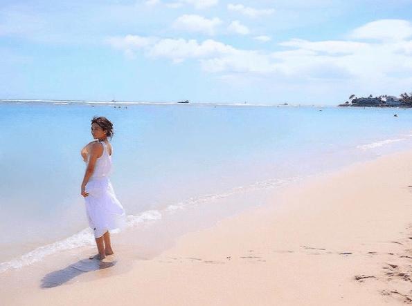 AAA宇野実彩子、白ワンピの浜辺ショットに「惚れ直します」の声サムネイル画像
