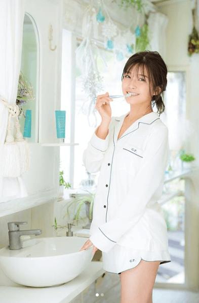 AAA宇野実彩子、ショーパンパジャマ姿の爽やか写真に「美脚がバレてるよー」の声サムネイル画像