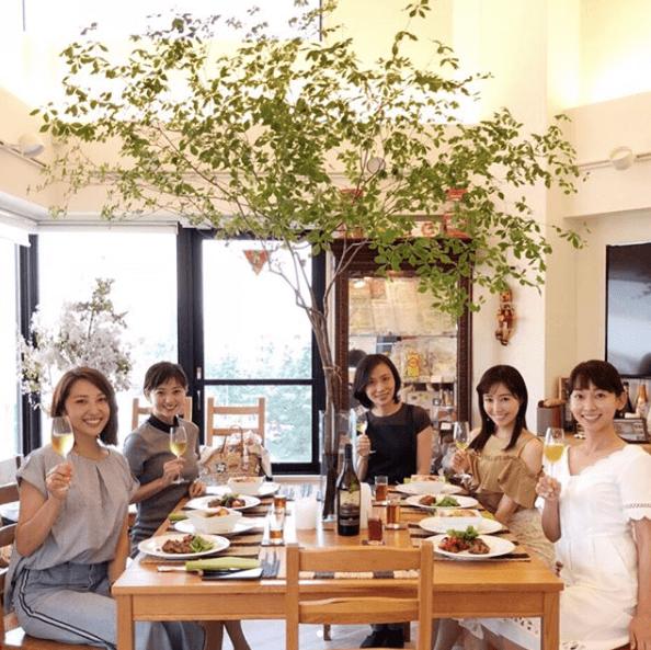 元AAA伊藤千晃、出水麻衣らとの料理教室ショット公開に反響「顔ちっちゃ!」サムネイル画像
