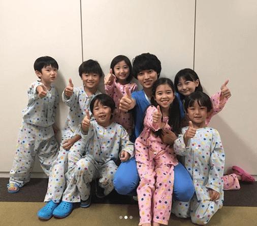 山崎賢人、子供たちとの仲良し写真公開にドラマ視聴者は「続編期待!」サムネイル画像