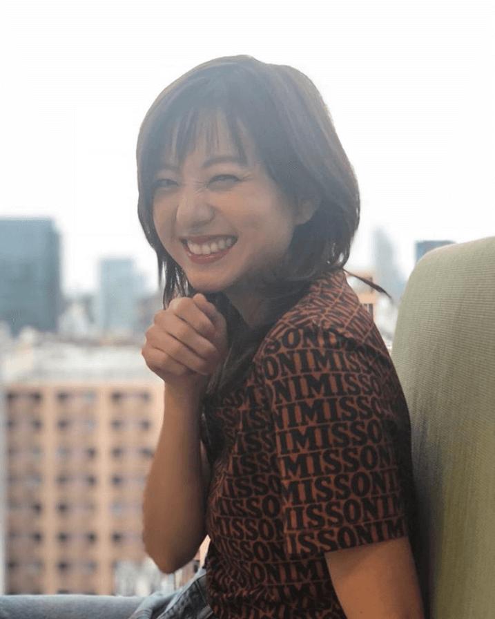 伊藤千晃、くしゃっと笑う無邪気な笑顔に悶絶の声殺到「可愛すぎです…」「キュートスマイル」サムネイル画像