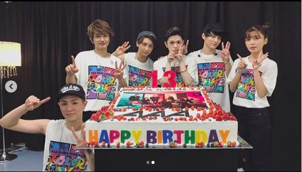 AAA宇野実彩子、13周年記念の豪華ケーキを囲んだメンバー全員との写真公開に祝福の声サムネイル画像