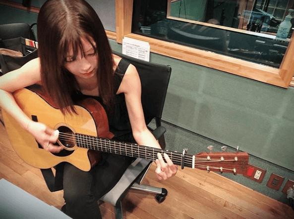 AAA宇野実彩子、ギターを弾く姿に「細くて綺麗でうらやましい」の声サムネイル画像