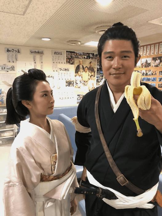 鈴木亮平、北川景子が見つめる2ショット写真公開に反響