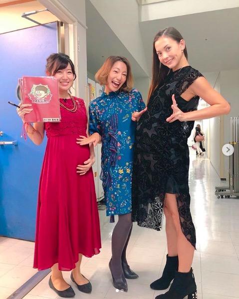 土屋アンナ、第4子妊娠中のふっくらお腹&美脚ショット公開で「随分大きく」「美しい妊婦さん」サムネイル画像
