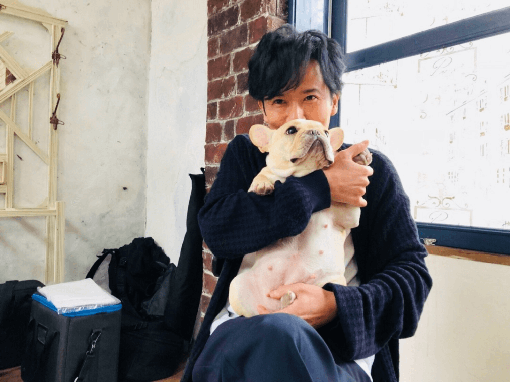 """稲垣吾郎×草なぎ剛愛犬""""くるみ""""の2ショットにファン悶絶!「癒されます」「可愛くて可愛くて」サムネイル画像"""