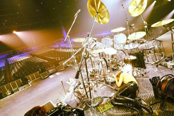 YOSHIKI、ステージに倒れこむ写真を公開し「感動をありがとう」の声サムネイル画像