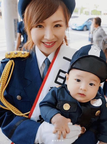 愛川ゆず季、息子が警官姿でテレビデビュー
