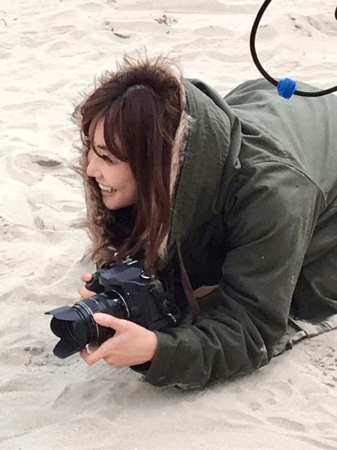 倉科カナ、海辺での美人カメラマン姿にファン歓喜「神々しい」「キラキラしてます」サムネイル画像