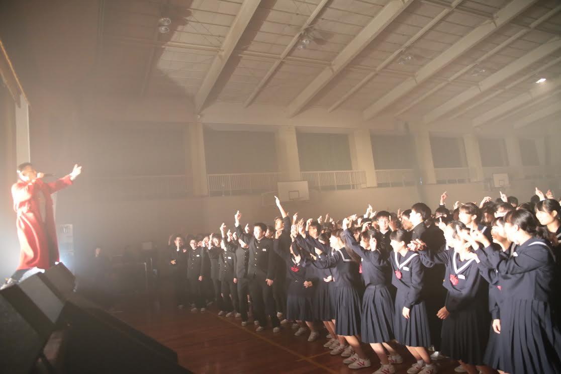 AK-69、母校の中学校にて全校生徒700名の前で凱旋ライヴ敢行!熱いメッセージを後輩に届けるサムネイル画像