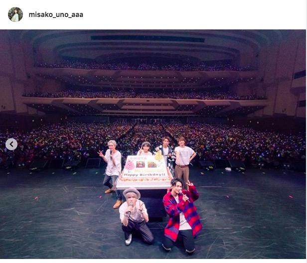 AAA宇野実彩子ら、巨大ケーキを前に仲良しメンバー集合ショット公開「めっちゃ可愛すぎて」「秀太と真ちゃん最高」サムネイル画像
