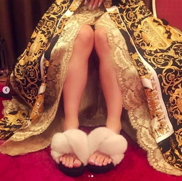 """倖田來未、美脚を披露の""""裏側""""ショットに絶賛の声「超絶美脚です」"""