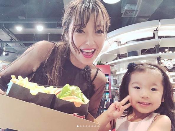 木下優樹菜、次女とのハワイ写真公開に反響「そっくり」「絶対綺麗になりそう」サムネイル画像