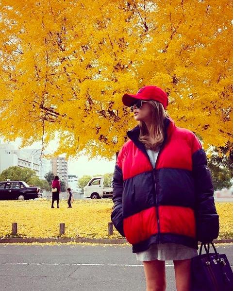浜崎あゆみ、紅葉バックのキャップ&ダウンコーデに反響「カッコいい」サムネイル画像