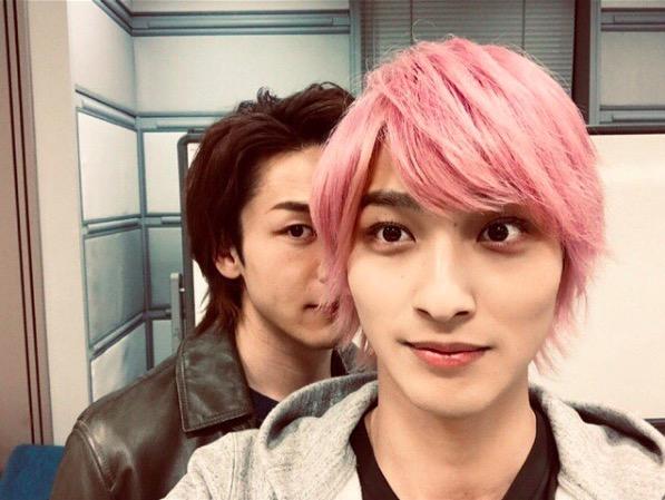 """横浜流星、""""ひょっこり""""中村倫也との2ショット公開で「可愛い」「疲れが吹っ飛んだ」サムネイル画像"""