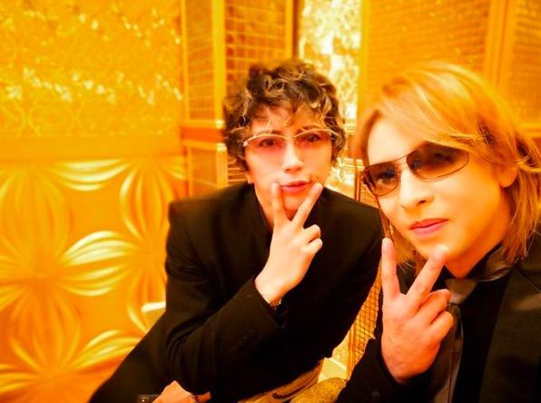 """YOSHIKI&GACKT、""""アヒル口""""格付け2ショット写真に反響"""