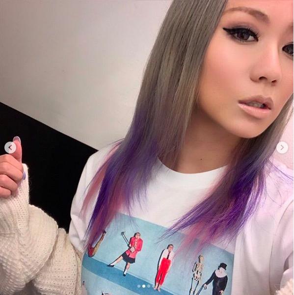 倖田來未、ピンクとパープルの新髪色&ダメージデニムからのぞく美脚に反響「真似したい」「足きっれい」サムネイル画像