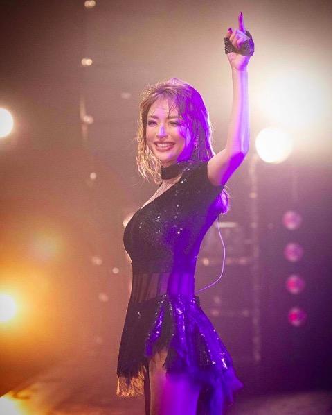 浜崎あゆみ、ミニスカ&笑顔のステージ写真公開で「可愛いayu来た」「まぶしい笑顔」サムネイル画像