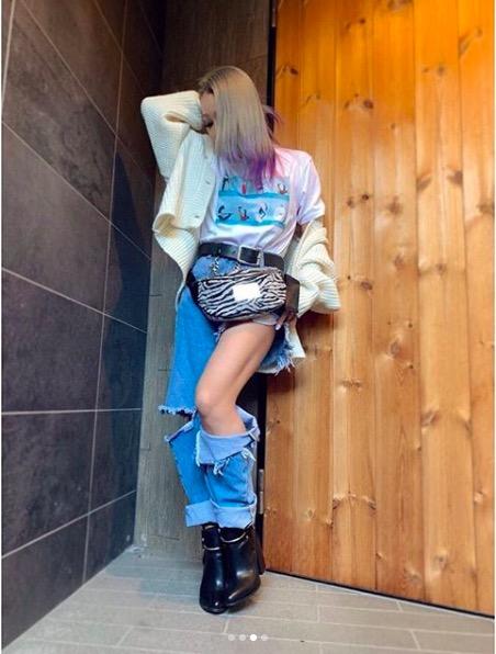 倖田來未、ピンクとパープルの新髪色&ダメージデニムからのぞく美脚に反響「真似したい」「足きっれい」