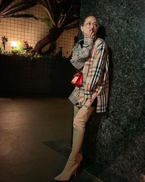 浜崎あゆみ、メガネ&美脚ロングブーツコーデの写真公開で「綺麗な脚」「可愛いすぎてヤバい」サムネイル画像!