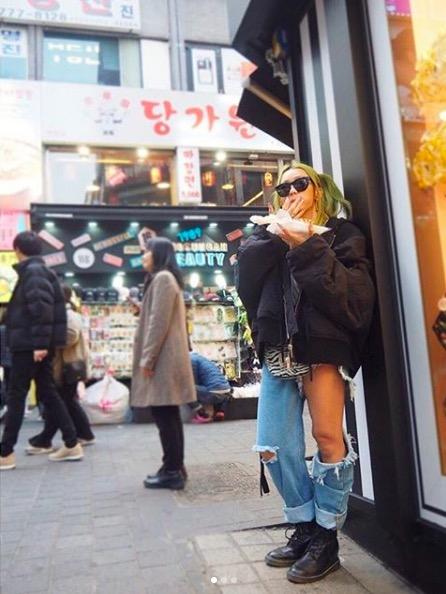 倖田來未、美太もものぞくデニムファッションに反響「落ちちゃわないか」「破けてないの?」サムネイル画像