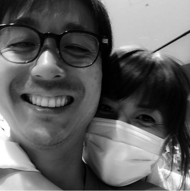 hitomi、夫とのラブラブバックハグ写真公開で反響「優しそうな旦那様」「いい夫婦写真」サムネイル画像