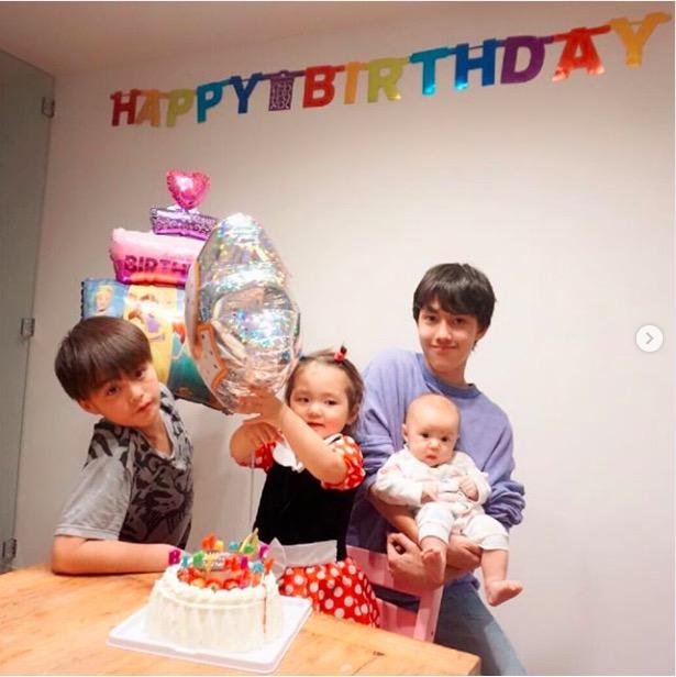 """土屋アンナ、子供4人の写真公開し反響「美形な兄妹」「かわいー4人!」子供たちへの""""謝罪""""と決意に共感の声も"""