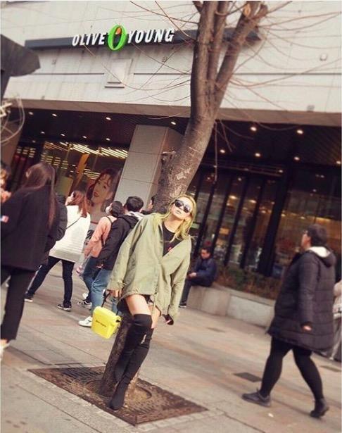 倖田來未、ショーパン&美脚ニーハイ姿の写真公開し絶賛の声「スタイル良すぎ」「めっちゃ足細い!」サムネイル画像