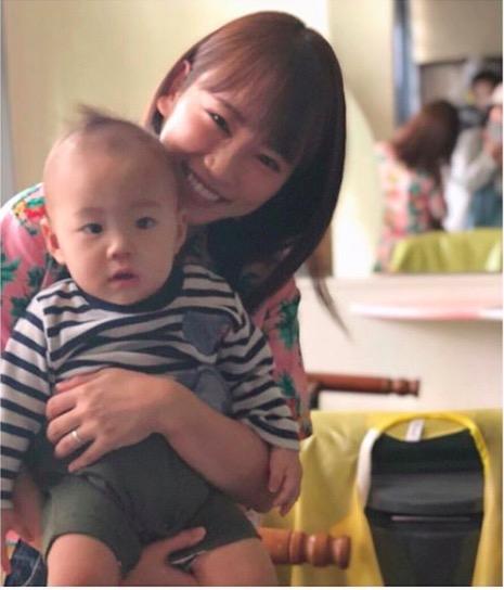 川栄李奈、子供抱く左手薬指の指輪キラリ写真公開で反響「ほんとのママみたい」「結婚指輪してるの?」