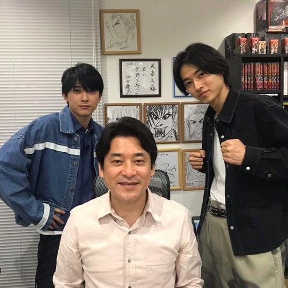 山崎賢人&吉沢亮、『キングダム』作者との3ショット公開に反響「目の保養」「2人のペアは最高」サムネイル画像