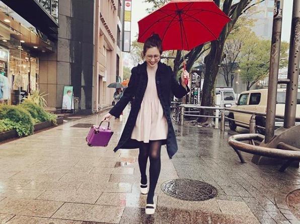 紗栄子、美脚のぞくミニ丈ワンピコーデに反響「可愛いな…」「癒される」