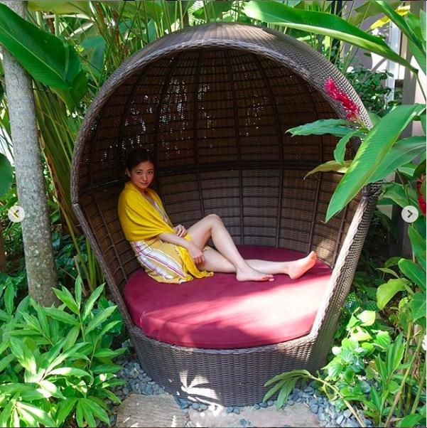 伊藤千晃、美脚披露のリゾートコーデ写真公開で「オシャレすぎ」「顔ちっちゃぁ」サムネイル画像