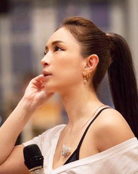 浜崎あゆみ、ポニーテールの肩見せリハ写真に反響「横顔美人」「最強」サムネイル画像