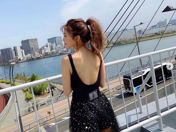 宇野実彩子、赤リップの大胆な美背中ショット公開にファン歓喜「美しい」「惚れる…」