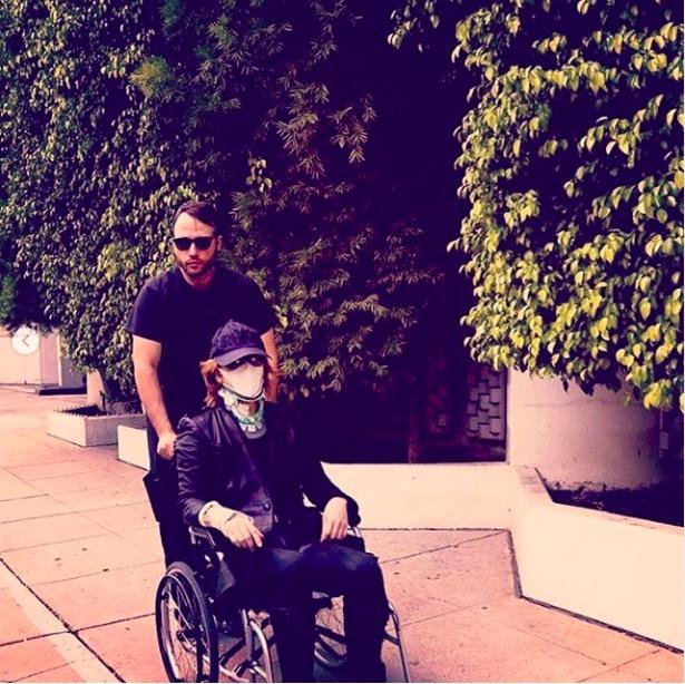 YOSHIKI、人工椎間板手術当時を振り返り、車椅子生活写真など公開「まだリハビリ中」
