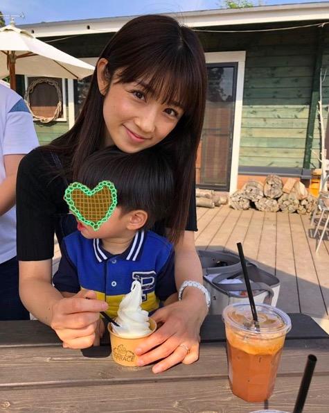 小倉優子、息子を膝に座らせた微笑みショットに「幸せそう」「可愛すぎる…」の声サムネイル画像