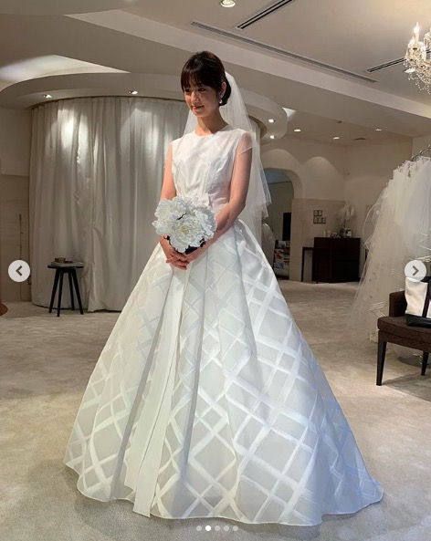 小倉優子、ウェディングドレス姿の写真を披露し反響「すんごい綺麗」「幸せになって」