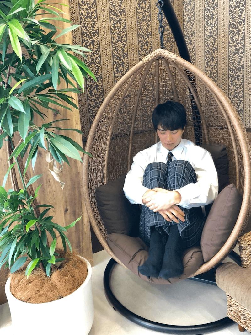 鈴木伸之、鳥かごソファで眠る姿が可愛すぎと話題「癒されました」「保存決定ーーー!笑」サムネイル画像