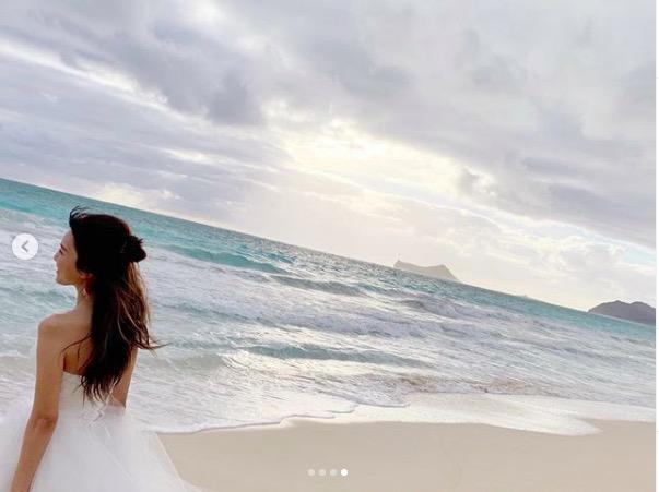 AAA宇野実彩子、肩&背中見せ白ドレスの写真公開で反響「腕細すぎ!」「神がかってます」