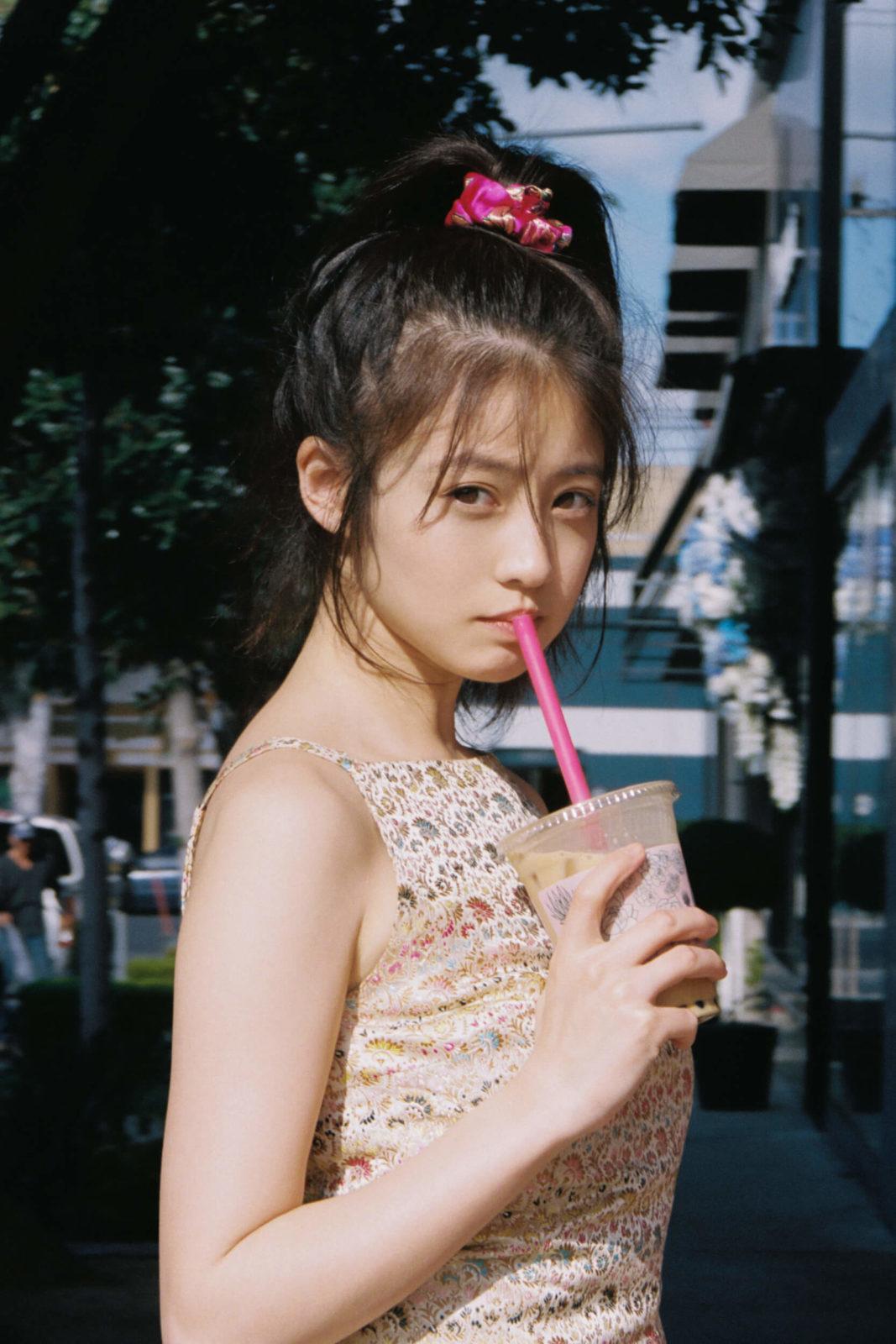 今田美桜、初めてのLAで素顔を覗かせた「初公開」が満載のスタイルブック発売決定