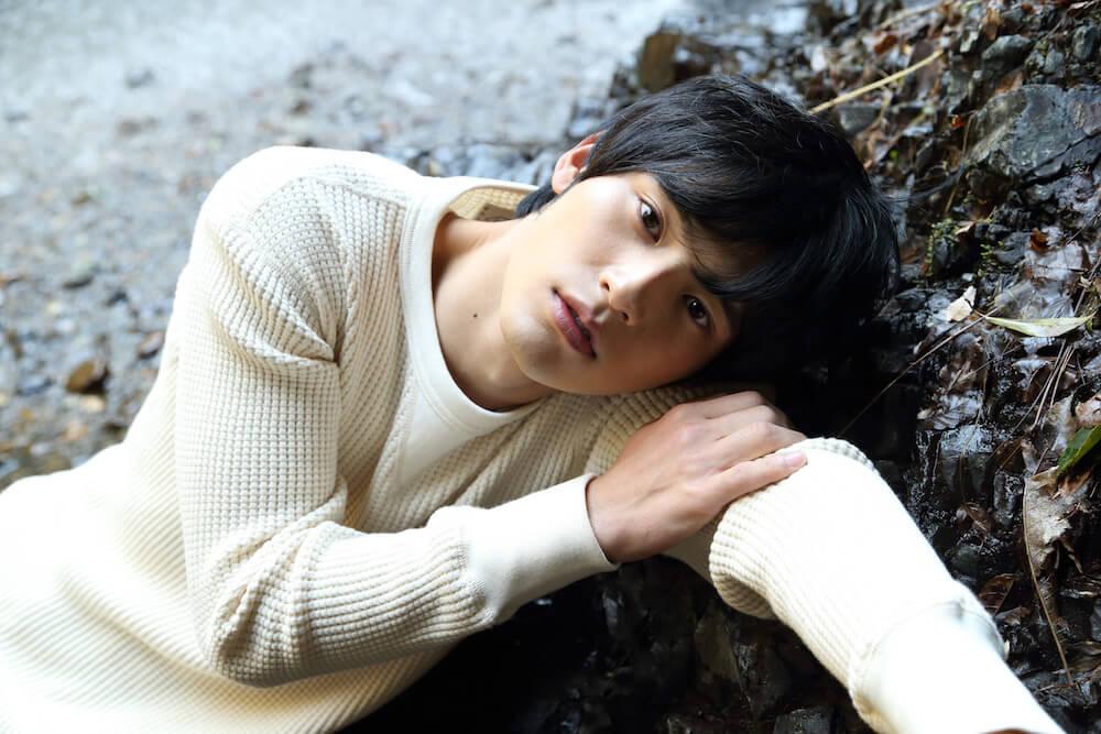 岡田健史、ファースト写真集『鼓動』が発売前に重版決定サムネイル画像!