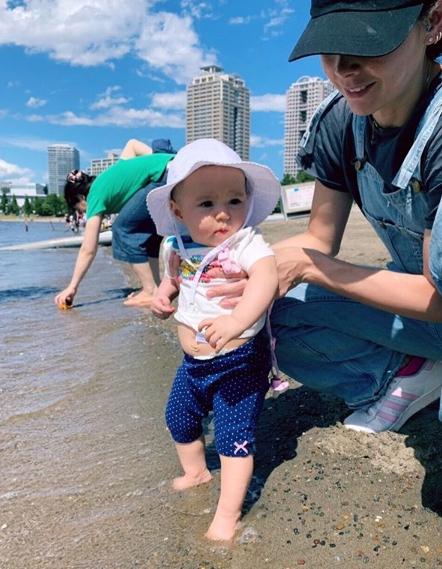 土屋アンナ、家族との水遊びショット公開で反響「幸せが伝わります」「楽しそう」サムネイル画像
