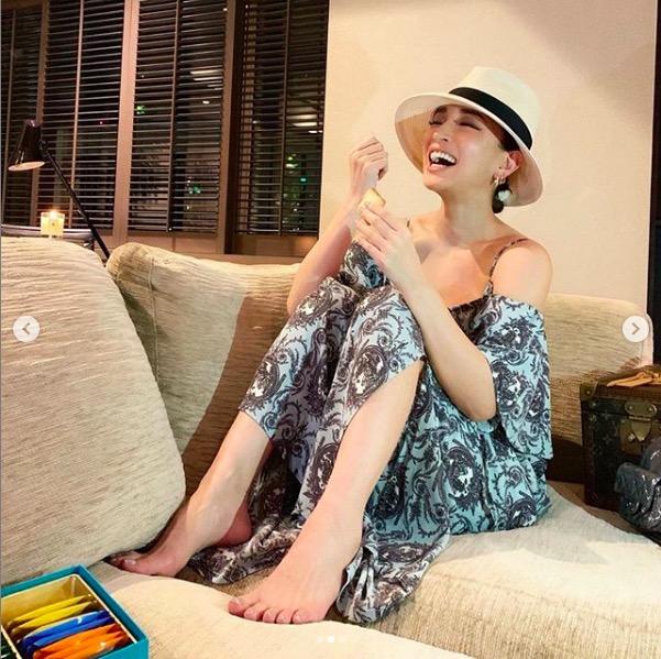 浜崎あゆみ、美脚ちらりのリラックス写真公開に「めっちゃ可愛い」「笑顔に癒された」