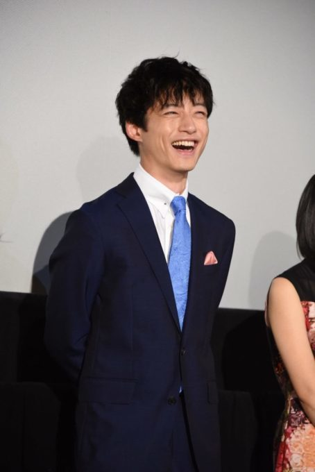 """坂口健太郎、父親との""""仲良し""""エピソード明かす「一緒に洋服を…」サムネイル画像!"""