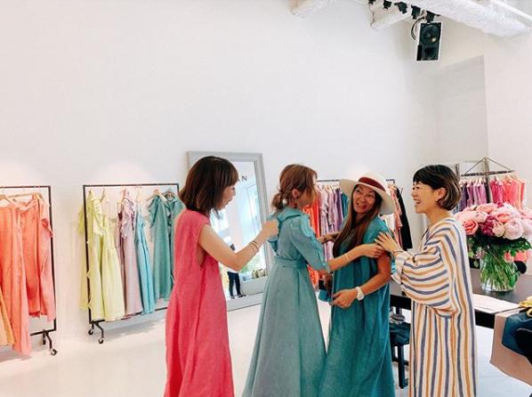 紗栄子、美肩&背中のぞくドレスファッションに反響「艶やか」「細いし可愛い」