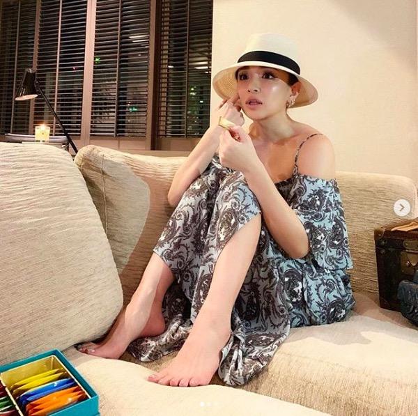 浜崎あゆみ、美脚ちらりのリラックス写真公開に「めっちゃ可愛い」「笑顔に癒された」サムネイル画像