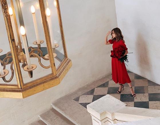 """紗栄子、""""妖艶""""ドレスショット公開で「うっとり」「セクシーすぎる」の声"""