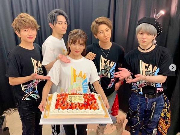 AAA宇野実彩子、33歳の誕生日ケーキ&ノースリーブ写真公開で「33歳に見えない美しさ」「日に日に可愛く」