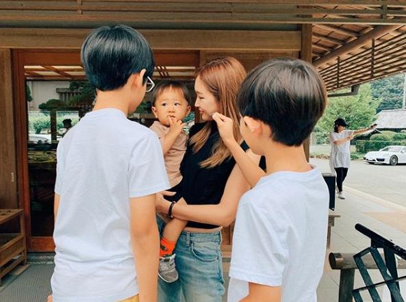 紗栄子、子供たちとの4ショット公開に「長男くん大きい」「身長抜かれましたか?」サムネイル画像
