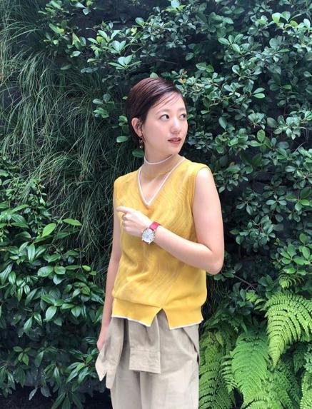 伊藤千晃、チェリー色の唇が映えるショットに「透明感」「眩しいくらい可愛い」